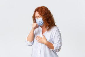mulher de máscara e tossindo - coronavírus nos condomínios de bh